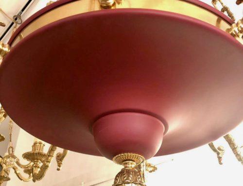 Applicazioni di verniciatura a polvere e liquido su lampadari in ottone